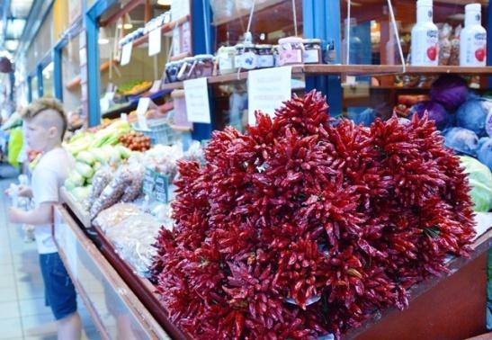 Gedroogde rooipepers en -rissies begroet jou by elke hoeveelste groentestalletjie by die Sentrale Marksaal