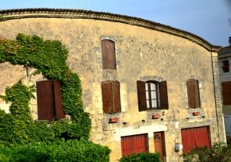 In Bordeaux is selfs verf wat afskilfer en hortjies wat verbleik deel van die mooi