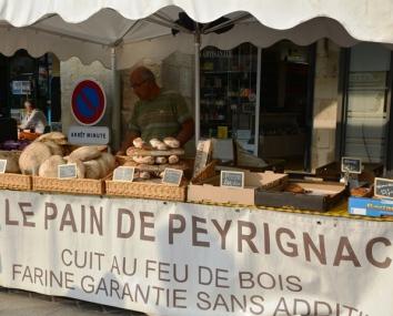 Libourne se boeremark is 'n belewenis wat flink deur die dorpenaars ondersteun word