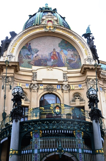 Loer in by Obecni Dum, die Munisipale Huis, om te sien hoe Mucha die Burgemeestersaal versier het