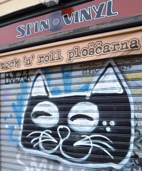 'n Besnorde graffiitikat in die hartjie van die stad