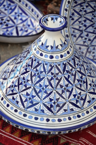 'n Blou en wit tagine waarin Marokkaanse tagines gemaak word, word ook orals in Tunisie verkoop