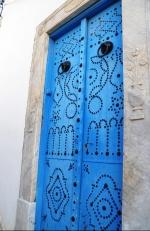 'n Knalblou deur met ysterknobbels in Sidi Boe Said
