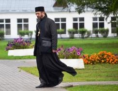 'n Priester oppad om huisbesoek in Suzdal buite Moskou te gaan doen, of so bespiegel ons