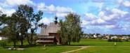 'n Uitsig oor die groen dorpie van Suzdal vanaf die opelugmuseum