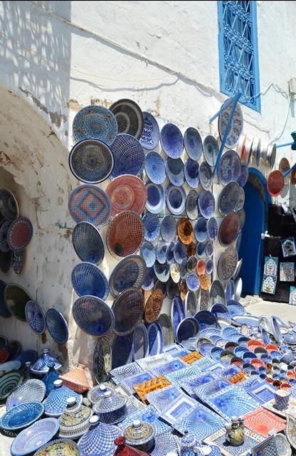 Orals waar jy in Sidi Boe Said loop, is daar keramiek, kelims en leerinsteekskoene uitgestal