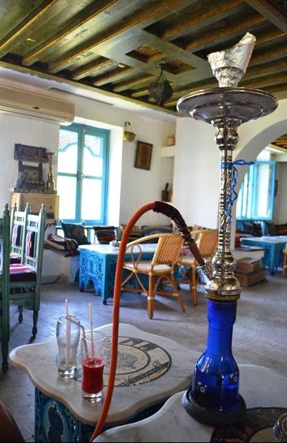 Waterpype is deel van die ontspanningskultuur van Tunisiese mans en sommige toeriste