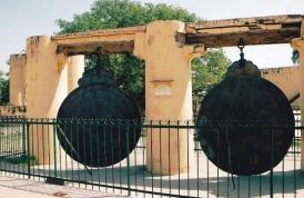 Die klipinstrumente by Jantar Mantra lyk plek-plek soos beeldhouwerke