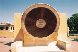 Die lyne en vorms van die instrumente by Jantar Mantar is sag op die oog en verlei gou-gou die lens van jou kamera