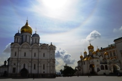Goue koepels op die dak en honderde goudbeslaande ikone aan die binnekant