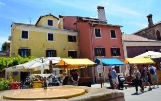 In Koper en in Izola is baie van die huise in die onderskeie Ou Dorpe in skakerings van pastel geverf