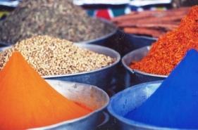 Kleurstof en speserye word saam-saam in Egipte verkoop