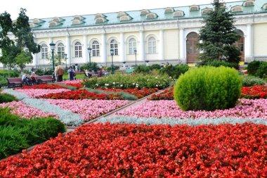 'n Keurig versorgde tuin voor die ingang van die Kremlin