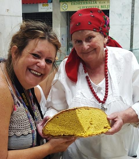 'n Skaapwagterhompbrood wat lyk of dit Balkanse brood met saffraan is, word as 'n geskenk aan my gegee