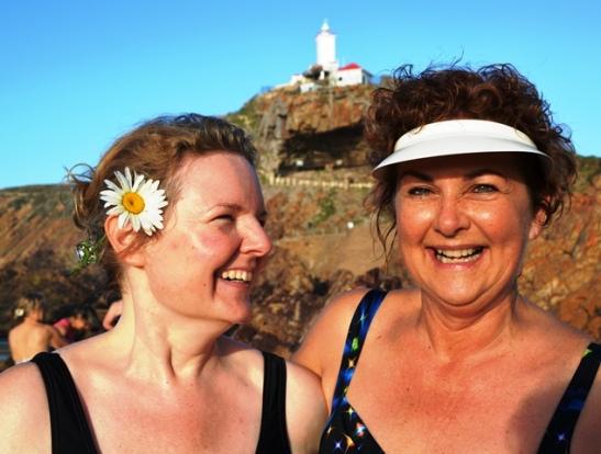 'n Sweedse toeris swem douvoordag saam met Hester Bosman in Die Poort by Mosselbaai