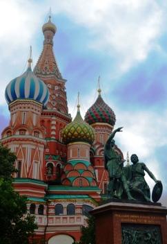 St Basil Katedraal op die Rooi Plein in Moskou, Rusland lyk amper asof dit deel van Disneyland kon wees