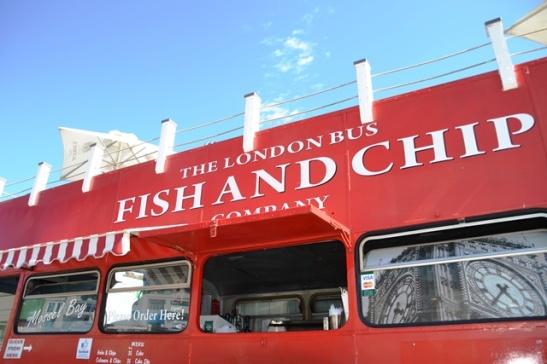 Vanaf The London Bus Fish and Chip Company kyk jy oor die see terwyl jy vars vis eet