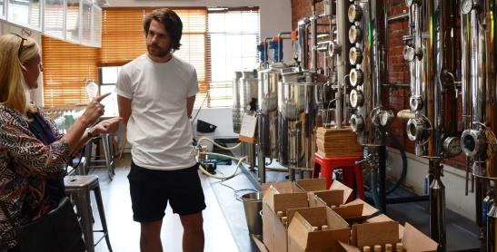 Andre Pienaar van Pienaar & Son verduidelik hoe sy distilleringsproses verloop