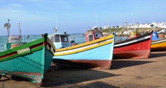 Arniston se vissershawetjie met gekleurde skuite is prentjiemooi