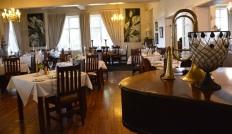 By Montagu Country Hotel eet jy in 'n elegante eetkamer by kerslig