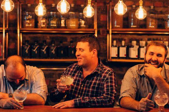 (Foto verskaf) Die Du Plooy-broers van De Vry Distilleerdery deel 'n grappie oor 'n mengeldrankie