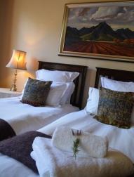 Die kamers by Evergreen Manor is ruim en elegant met ou-styl skilderye