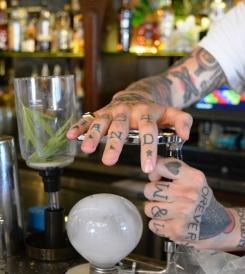 Die reeks van Our Vodka het hul eie geurkombinasies, maar jy kan ook eksperimenteer met 'n sifoon en blaartjies uit jou kruietuin om jou eie smaakkombinasie te skep