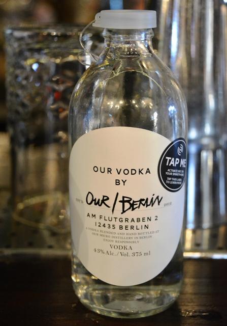 Elke boepensbotteltjie Our Vodka het twee doppies - die eerste lyk soos 'n bierbottel se doppie en die tweede word gebruik om te herverseel