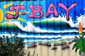 Jeffreysbaai is in die volksmond sommer as J-Bay bekend