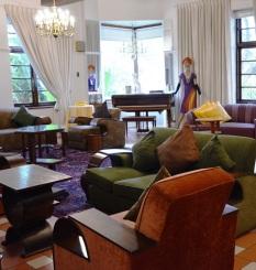 Montagu Country Hotel het die interessantste versameling art deco-meubels, -ornamente en -kuns wat jy moontlik ooit te siene sal kry