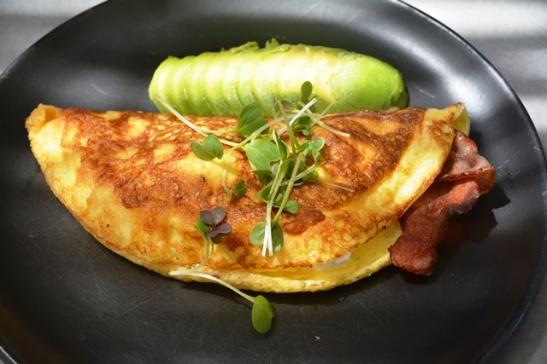 'n Geurige omelet gevul met spek, feta en avokadopeer by La Paris