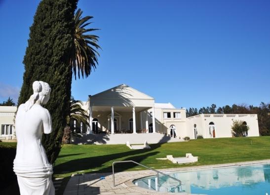 'n Swembad is onontbeerlik in die somer in die Paarl; by Cascade Country Manor kan jy heerlik in die tuin afkoel