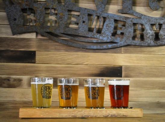Proe bier op die oewer van 'n rivier by Berg River Brewery