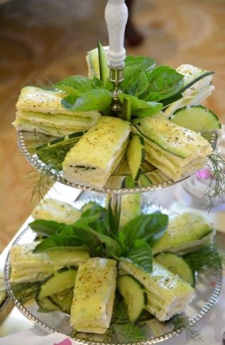 Tydens middagtee by The Light House word onder ander die keurigste komkommertoebroodjies bedien