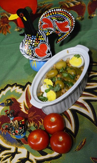 Baie van die Portugese geregte, veral voorgeregte en bykosse, word met skywe gekookte eier bedien soos hierdie kekerertjiegereg met groenpeper en olywe - Copy