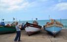 Besoekers aan Arniston oftewel Waenhuiskrans drentel onwillekeurig na die kleurvolle vissershawe