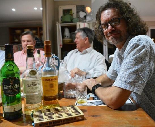 Die Traaiers-whiskyklub kom een keer per kwartaal bymekaar om whisky te proe en meer van die maak van whisky te leer