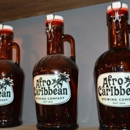 Kalbasflesse met die Afro Caribbean-embleem word vol of leeg verkoop