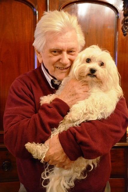 Peter Veldsman en een van sy geliefde Maltesies; hy het al sowat 100 honde in sy leeftyd gehad