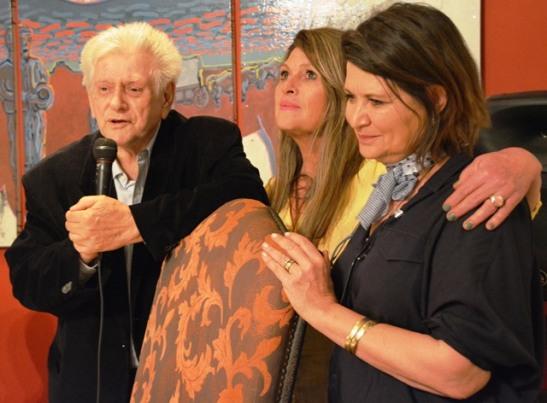 Peter Veldsman vertel 'n staaltjie terwyl die twee Karoo-kokke, Marietjie Koekemoer en Annatjie Reynolds, saamluister