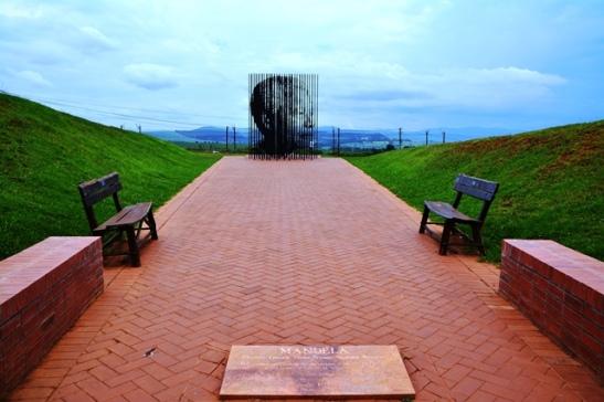By die Mandela Capture Site is 'n staalkonstruksie opgerig wat Madiba se gesig uitbeeld