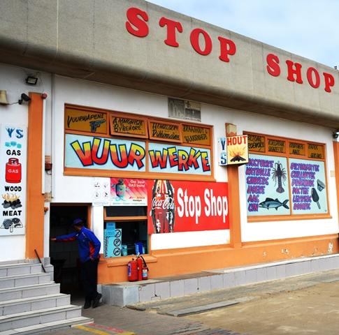 By Weskus Motors Stop Shop in Port Nolloth word allerlei verkoop; sien is glo